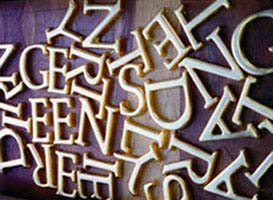 Bladgoud drie dimensionale handgesneden letters