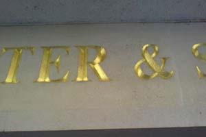Bladgoud gesteenhouwde letters steen marmer
