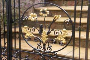 Bladgoud op hek hekwerk fleur