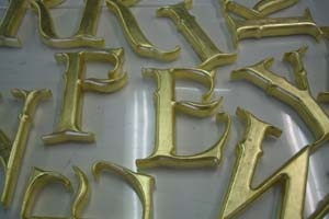Vergulde houten letters